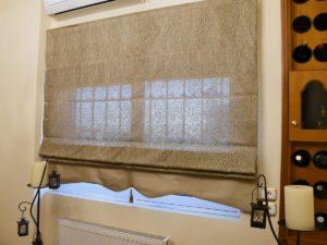 Ρόμαν στο παράθυρο του σαλονιού (άποψη)