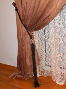 Διπλή κουρτίνα στο υπνοδωμάτιο με κουρτινόξυλο Guy Laroche (λεπτομέρεια)