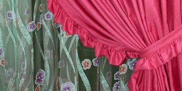 Διπλή κουρτίνα: εσωτερική (σκίασης) με οργάντζα ντεβορέ και κουρτίνα συσκότισης από ταφτά. Ραφή και τοποθέτηση Πάσχος.