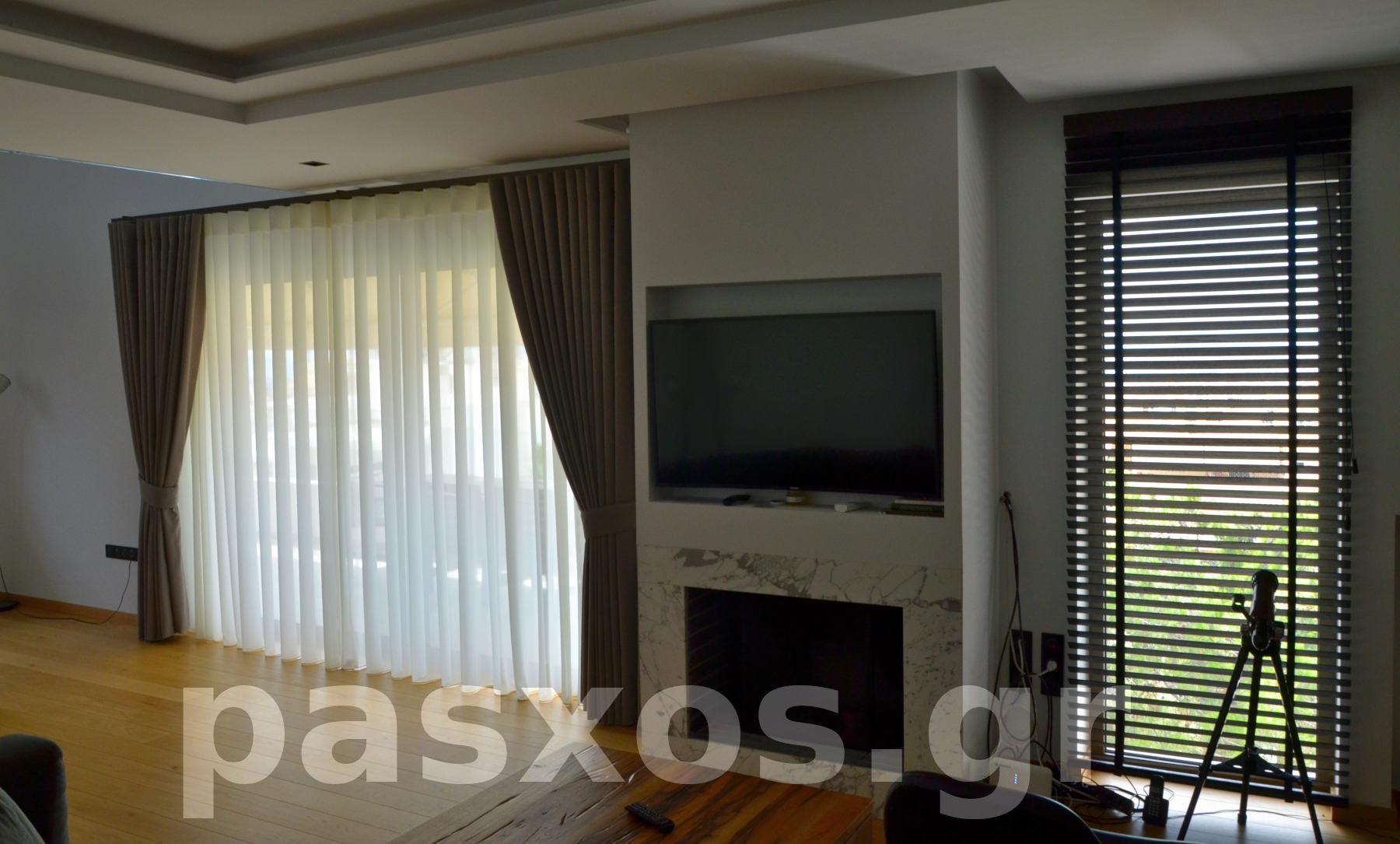 Διαμέρισμα στην Ηλιούπολη. Κουρτίνες και στόρια στο σαλόνι, γενική άποψη. Σχέδιο, κατασκευή και τοποθέτηση: Πάσχος.