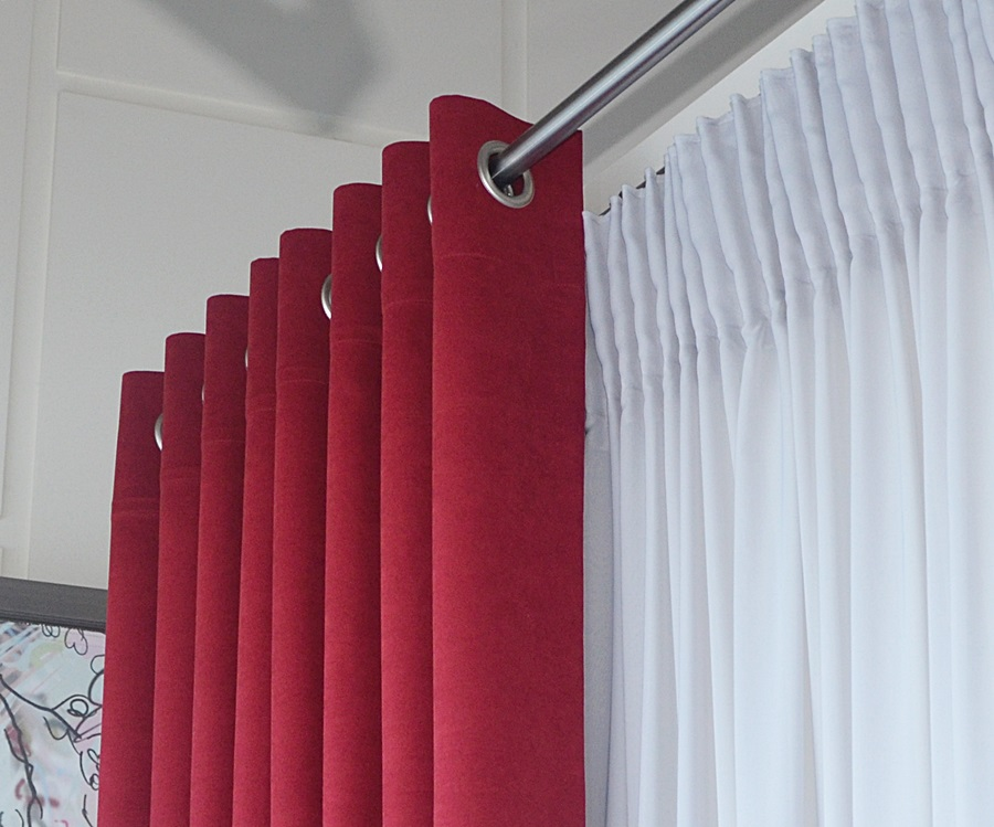 Κουρτίνα με Τρουκς Έτοιμη Ραμένη από Σκούρο Κόκκινο Βελουτέ Ύφασμα
